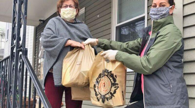 Empresários lusos em Massachusetts distribuem refeições a idosos